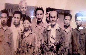 Nhà nông học Lương Định Của và các cán bộ Viện Cây lương thực và Cây thực phẩm (ảnh tư liệu gia đình)