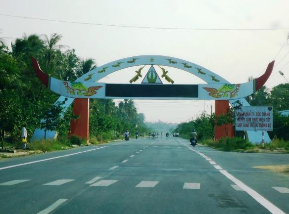 Đến Long Phú, Sóc Trăng bạn sẽ gặp con đường Trường Khánh - Đại Ngãi nối vựa lúa chất lượng ngon và năng suất cao nhất nước.
